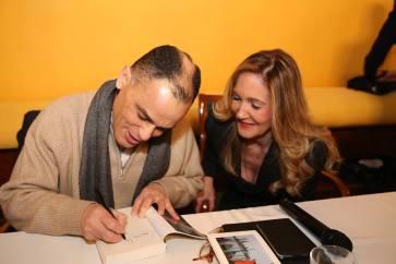 """Magdi Cristiano Allam mentre firma una copia del suo ultimo libro """"Islam. Siamo in guerra"""", un grande successo editoriale."""